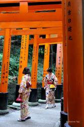 JT-Japan-Kyoto-Fushimi-Inari-Shrine-Torii-Gates-Women-2019-3608-DS.JPG